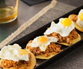 Tortos de maíz al horno con picadillo y huevos de codorniz