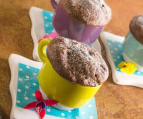 Pastel de chocolate en taza