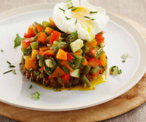 Huevos mollet sobre tartar de verduras