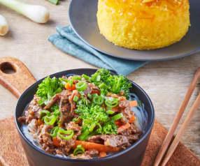 Carne de res con brócoli en salsa asiática, fideos de arroz y pastel de naranja