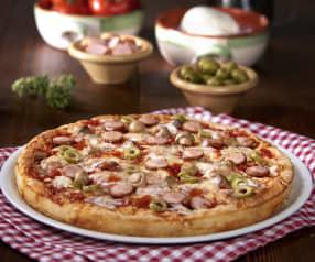Bezglutenowa pizza z oliwkami i kiełbaskami