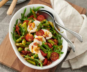 Asparagus salad with tomatoes and goat's cheese
