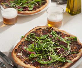 Pizza de cecina con pesto rojo y rúcula