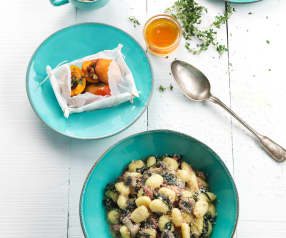 Gnoquis com salsichas e espinafres e alperces a vapor com mel e noz