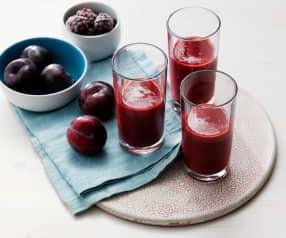 Smoothie de ciruelas rojas, moras, manzana y agua de coco