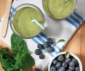 Smoothie con yogurt, spinaci e mirtilli