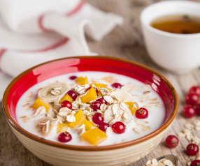 Porridge con frutta fresca