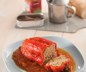 Pimientos rellenos de carne con salsa de tomate al vermut