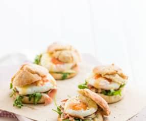 Ovos escalfados com presunto e molho maltês