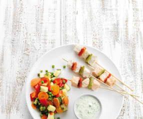 Espetadas de peixe com legumes a vapor e molho de pepino
