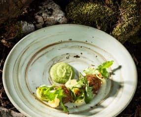 Jehněčí kuličky s bramborovo - pampeliškovým salátem a kerblíkovou omáčkou