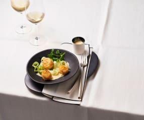 Gebratene Jakobsmuscheln mit Passionsfrucht-Beurre-blanc und Gurkensalat