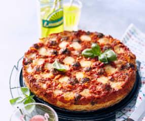 Spaghetti-Pizza mit Hackbällchen und Mozzarella