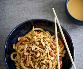Noodles com frango e molho satay