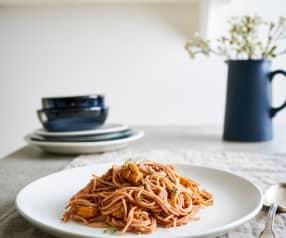 Spaghettini cozido em vinho tinto com carne guisada