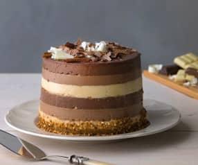 Tarta a los tres chocolates con crujiente de almendra