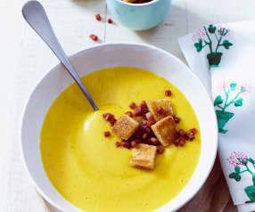 Gartengemüse-Suppe mit Croûtons und Speck