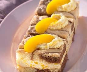 Plakje marmercake met perzikvulling
