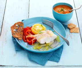 Cabillaud et petits légumes d'été à la vapeur et soupe froide tomate-courgette