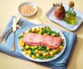 Insalata di salmone con fagiolini, patate e pinoli