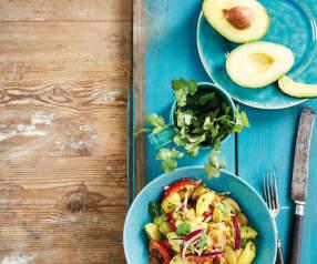Salada de batata nova com molho de coentros e abacate