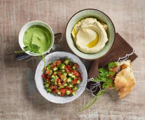 Humus, grüne Tahina und israelischer Salat