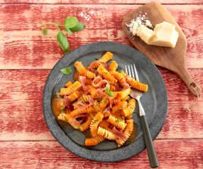 Makaron z sosem pomidorowo-bazyliowym i szynką