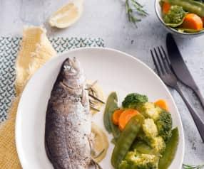 Cytrynowo-rozmarynowy pstrąg i warzywa na parze