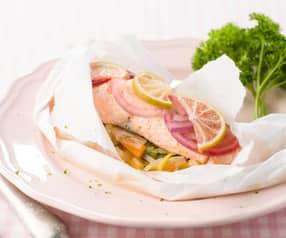 Salmão em papelote com legumes em juliana