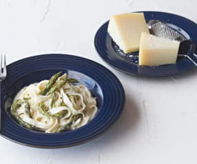 Tagliatelle con salsa de queso y espárragos