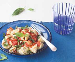 Tortellini de carne con salsa de tomate y albahaca