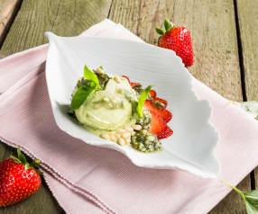 Basilikumeis mit Erdbeercarpaccio und süßem Pesto