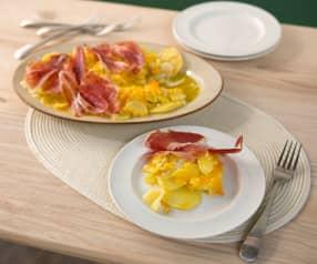 Huevos rotos con patatas y jamón