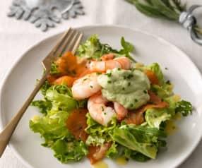 Salat mit Garnelen, Räucherlachs und Avocadocreme