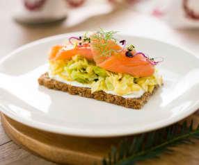 Ensalada nórdica de repollo y manzana con salmón ahumado