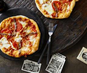 Pizza mit Pancetta, Tomaten und Büffel-Mozzarella