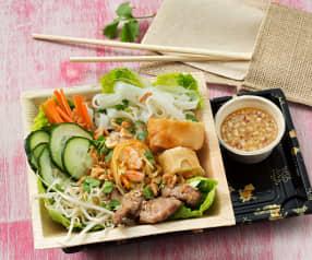 Ensalada vietnamita con rollitos de primavera