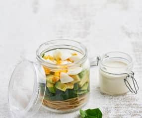 Salada em frasco de massa integral e molho de caju