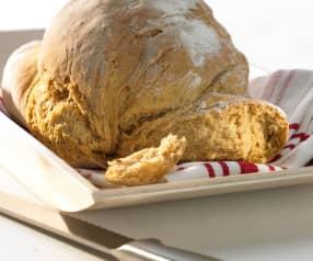 Chléb nebo bochánky s rajčaty a bazalkou