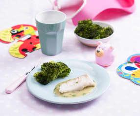 Filet z morszczuka w zielonym sosie z brokułami