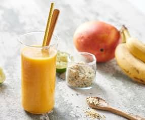 Smoothie banane, mangue, citron vert et graines de chanvre