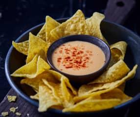 Chili-Käse-Dip zu Nachos