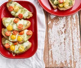 Bruschetta com pesto e tomate
