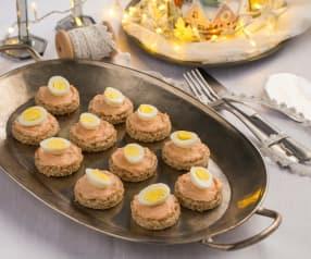 Canapè integrali con spuma al salmone e uova di quaglia