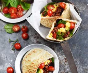 Œufs brouillés aux merguez, tomates et pita grillés