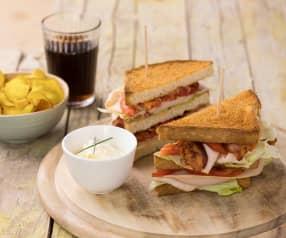 Club Sandwich, chips di patate e maionese alle erbe