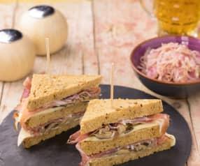 Club Sandwich al pane nero e speck con cavolo stufato