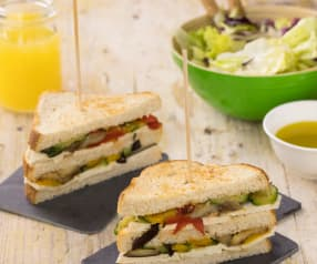 Club Sandwich con verdure grigliate e insalata (vegan)
