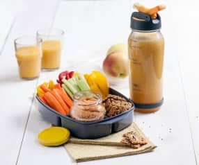 Hummus paprykowy, domowe krakersy i napój jabłkowo-pomarańczowy