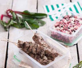 Pilaw z botwinką i souvlaki wieprzowe na patyku